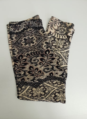 Filigree One Size Capri Leggings